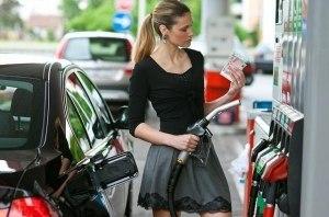 На радость автовладельцам: цены на АЗС продолжают падать
