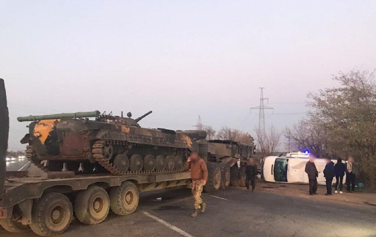 В Одесской области автобус попал в ДТП с военным тягачем, есть пострадавшая