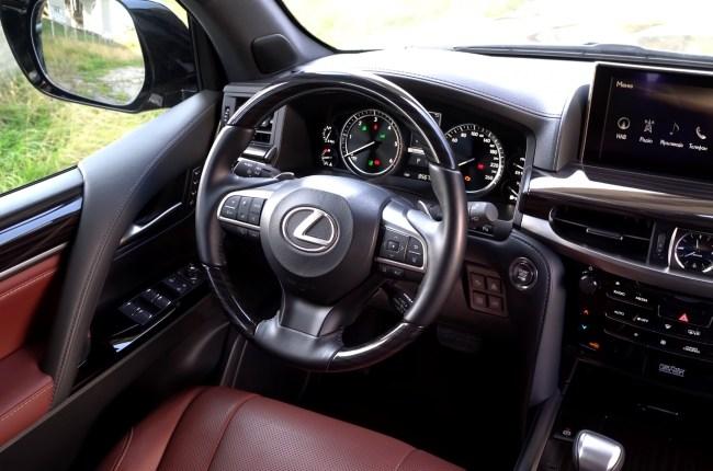 Lexus LX 450d руль и панель приборов