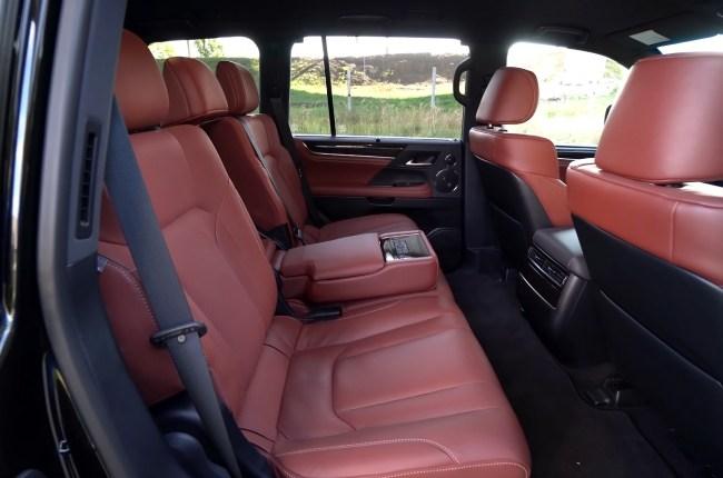 Lexus LX 450d второй ряд сидений