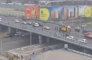 На Шулявском мосту упали три электроопоры (фото)