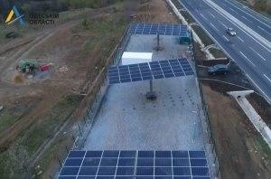 На дороге М-05 Киев-Одесса установили первую солнечную электростанцию (видео)
